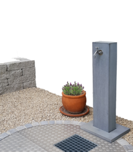 Wasserzapfsäule Pura aus Beton im Garten