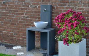 Wasserzapfstelle Valera im Garten von Oggi Beton