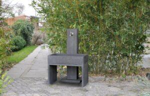 Wasserzapfstelle Yoki im Garten von Oggi Beton