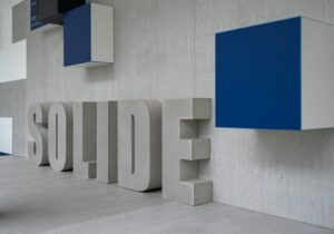 3D Beton Buchstaben von Oggi-Beton für einen Markenraum