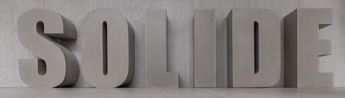 Beton Schrift mit individueller Typographie
