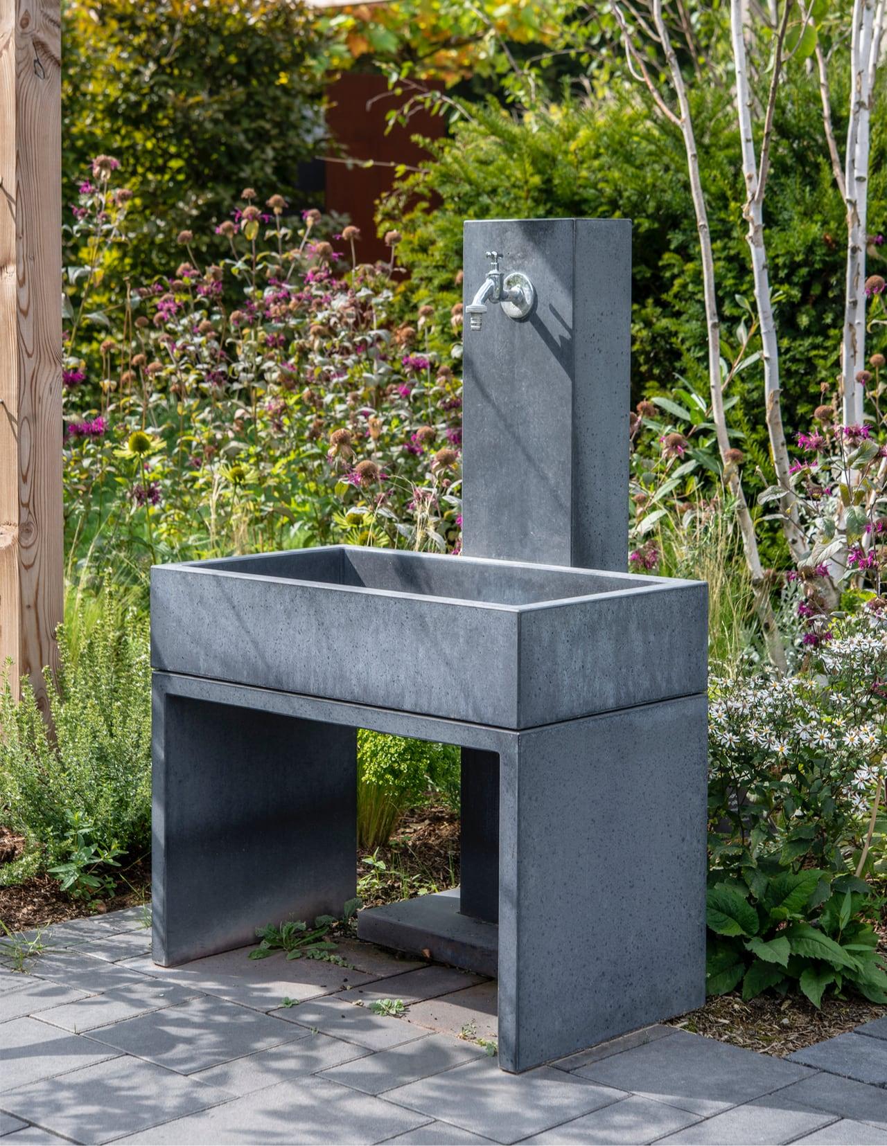 Wasserzapfstelle Yoki von OGGI-Beton im Garten