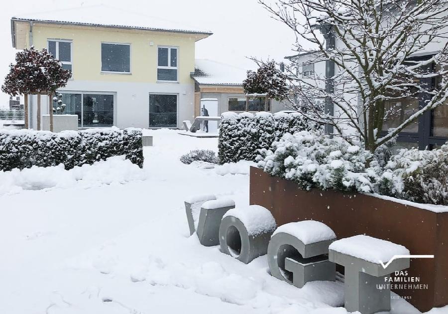Betonbuchstaben im Winter mit Schnee