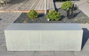Betonbank Massa von Oggi-Beton im Garten