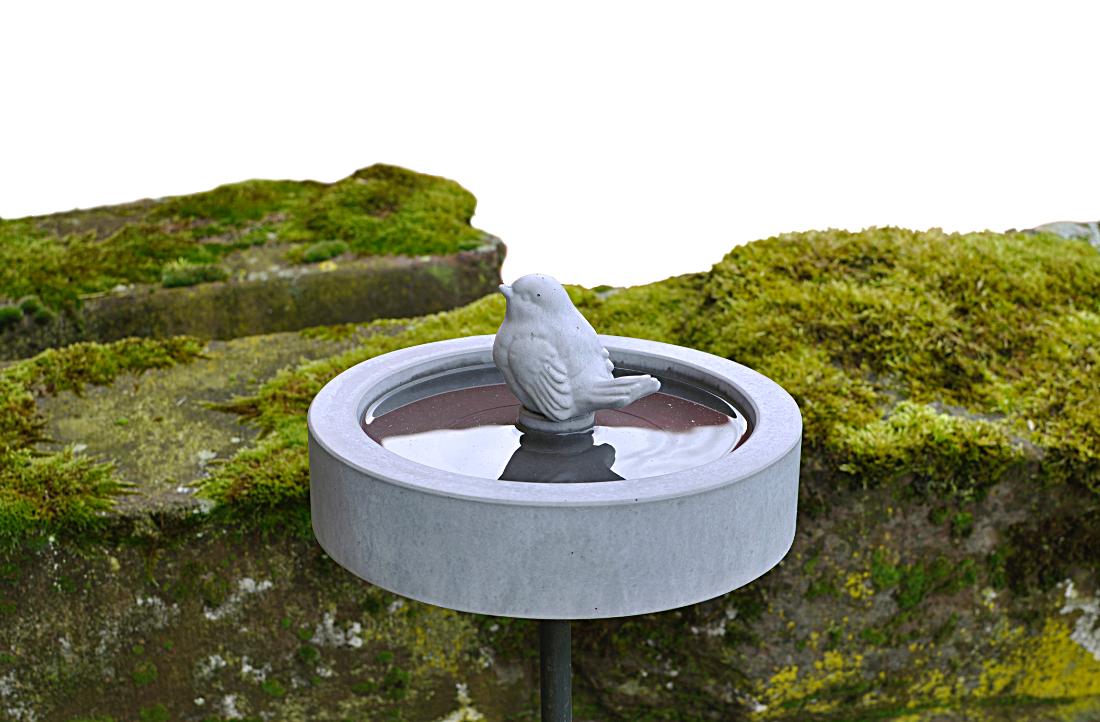 kleine Vogeltränke mit Spatz aus Beton